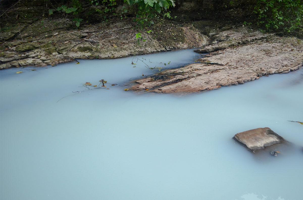 Молочный оттенок речная вода принимает ниже Агурских сероводородных источников, когда пройдут химические взаимодействия.