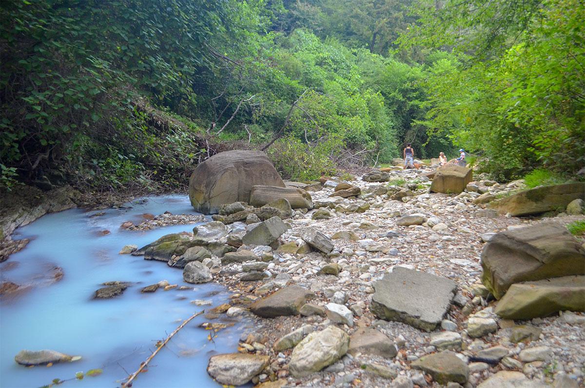 Русло горной речки перед Агурскими сероводородными источниками при спаде уровня воды обнажило участок дна с огромными валунами.