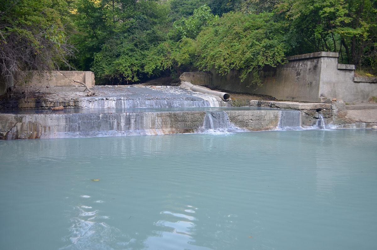 Старинные бетонные конструкции в районе Агурских сероводородных источников – оставшиеся надолго элементы лечебницы более чем вековой давности.