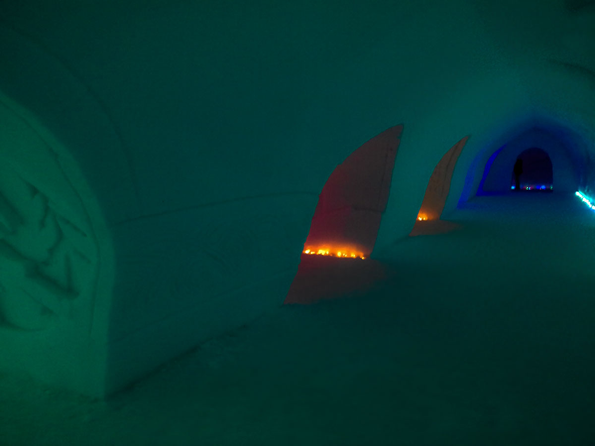 Цветная иллюминация в коридорах и помещениях дворца Снежной Деревни – один из главных декоративных элементов оформления.