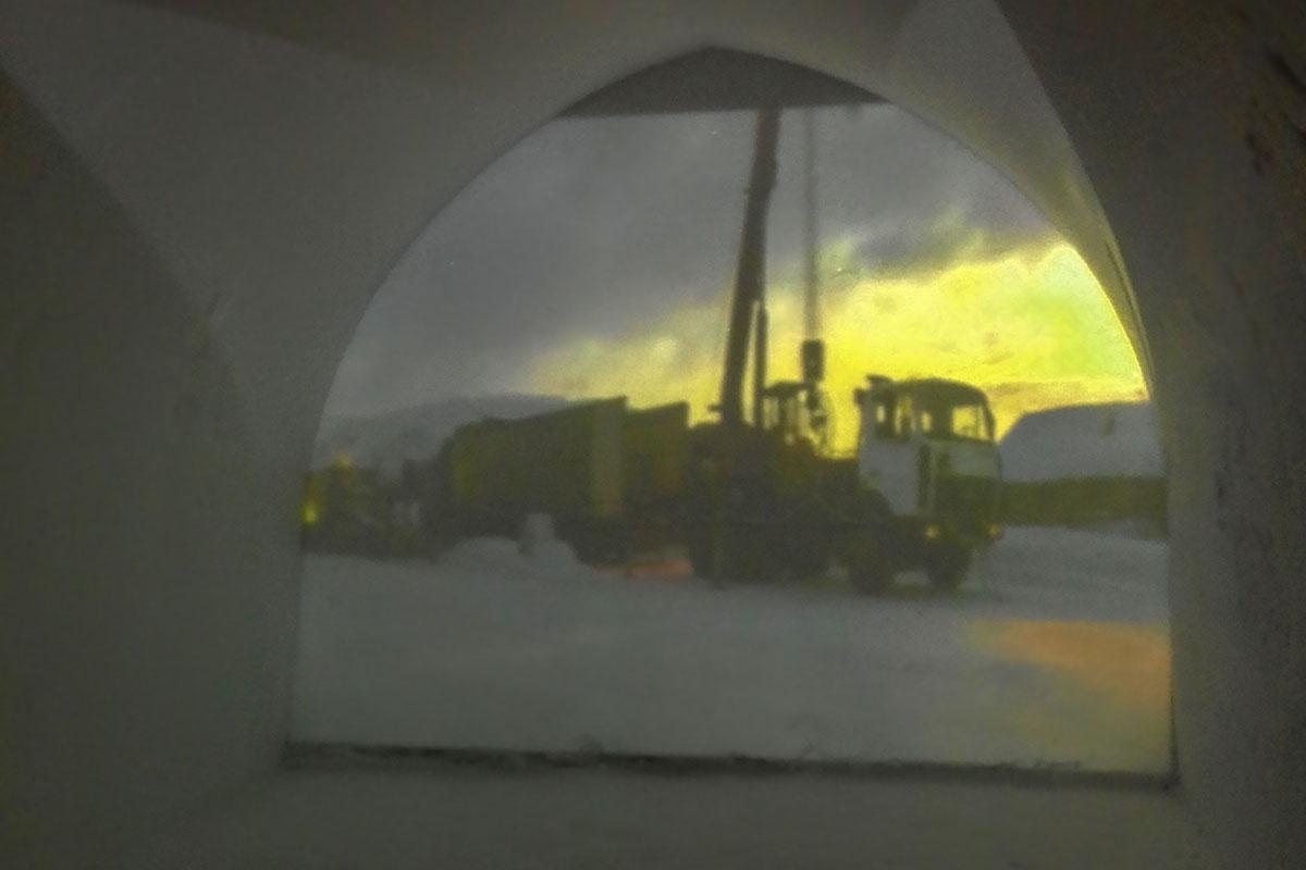 Использование проекционного аппарата в необычном кинозале Снежной Деревни оказалось неожиданным для многих посетителей.