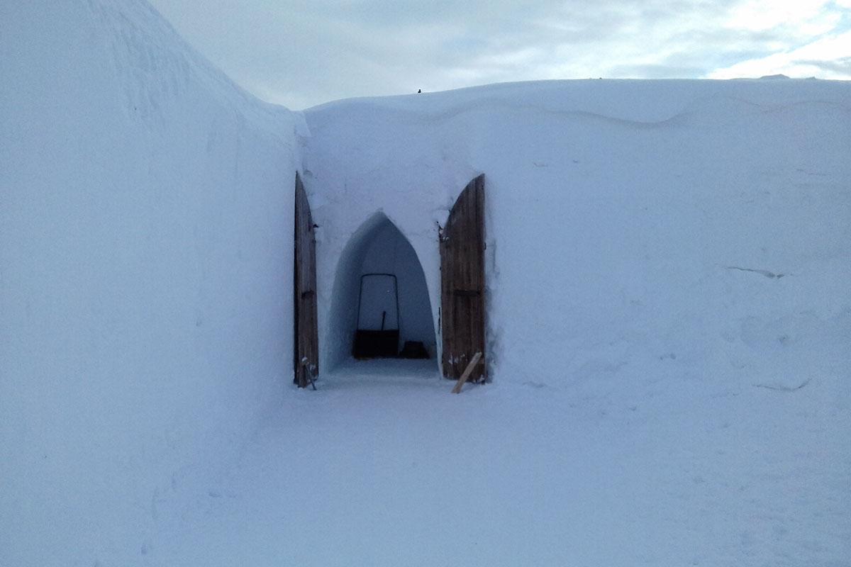 Распахнуты деревянные створки ворот галереи в Снежной Деревне для проветривания внутренних помещений без окон и вентиляции.