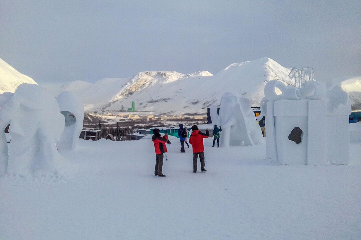 Наружная экспозиция Снежной Деревни состоит из множества скульптур, материала для которых в окрестностях – неограниченный запас.