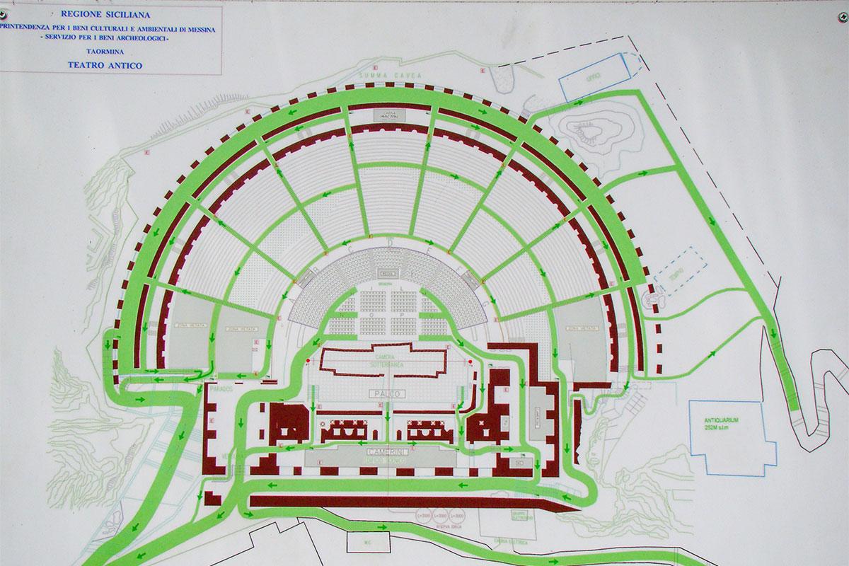 Древнегреческий, затем римский театр в Таормине еще переживает постепенную реконструкцию, а порядок посещения уже расписан и вывешен на обозрение.