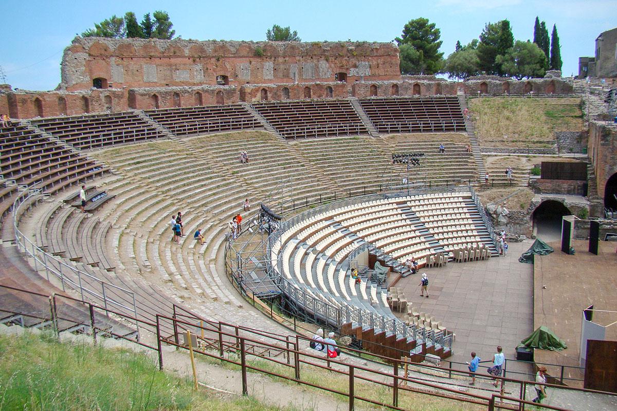 Греческий разговорный театр в Таормине римляне приспособили для проведения гладиаторских схваток, исключив опасности для зрителей за счет высоты борта арены.