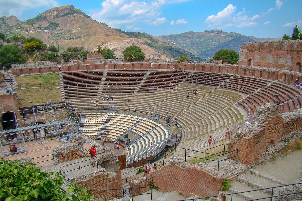 До настоящего времени театр в Таормине переживает вялотекущую реконструкцию, новенькие скамейки для зрителей соседствуют с уже выцветающими.