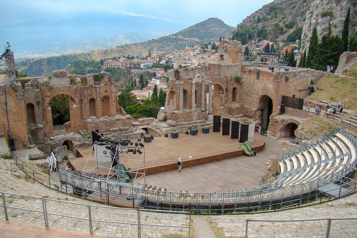 Перед проведением очередного кинофестиваля театр в Таормине из археологической достопримечательности преображается в открытый зал.