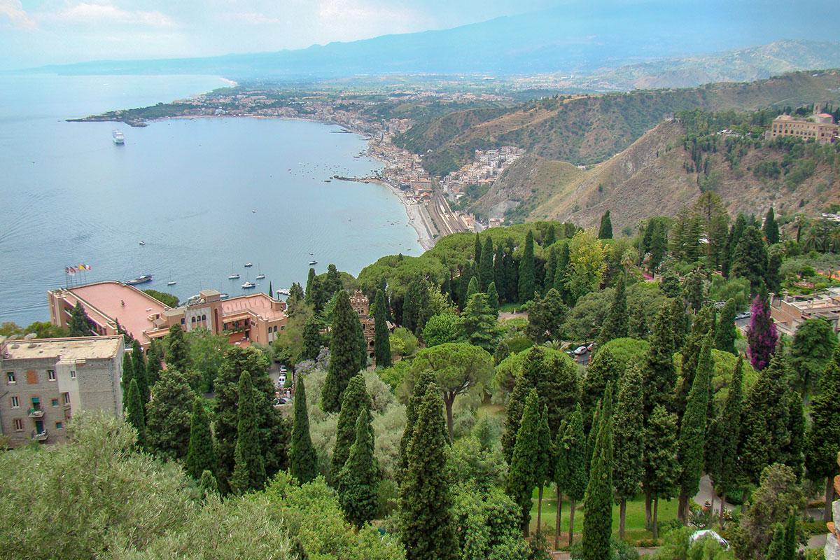 Средиземноморское побережье острова Сицилия, предгорья вулкана Этна и живописная растительность дополняют шарм театра в Таормине.