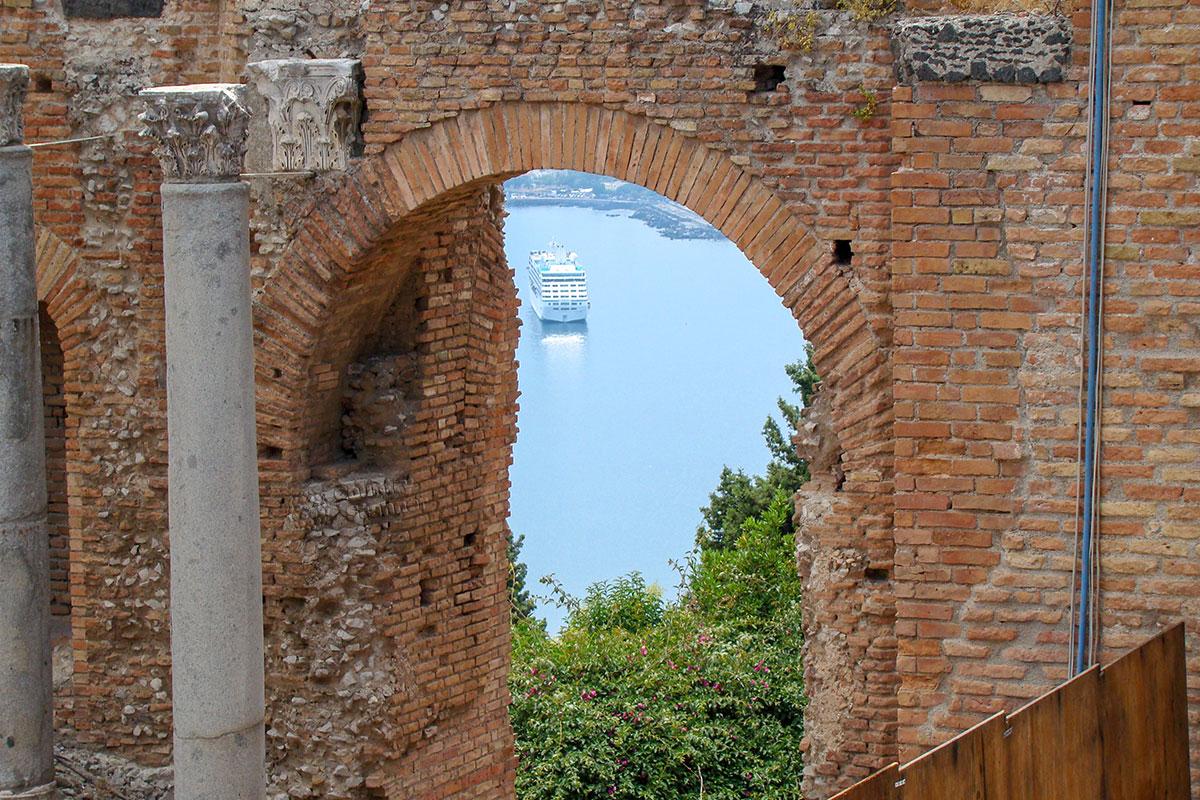Посещающие театр в Таормине наслаждаются не только древнейшим сооружением, но и красотой живописного побережья и Средиземного моря.