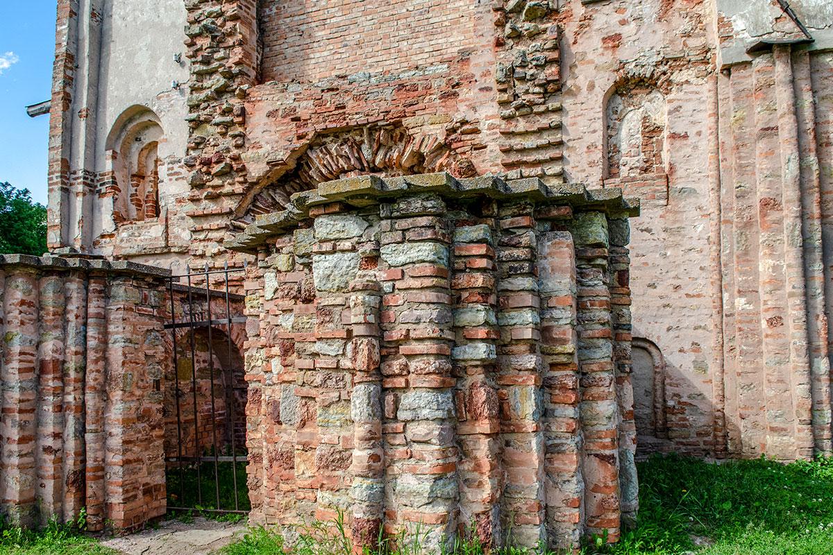 На примере здания церкви Параскевы Пятницы на Торгу можно изучать эволюцию строительных материалов начиная с глубокой древности.