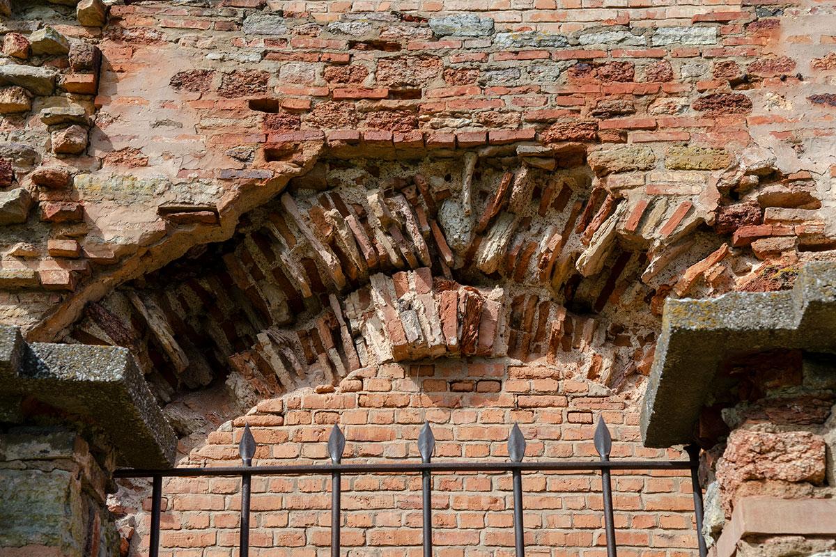Церковь Параскевы Пятницы на Торгу совершенно наглядно демонстрирует отличия старинных строительных материалов от современных аналогов.