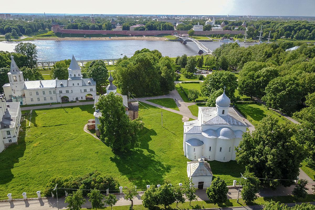 На высотной фотографии церковь Параскевы Пятницы на Торгу закрыта деревом, словно неприглядная дама – веером.