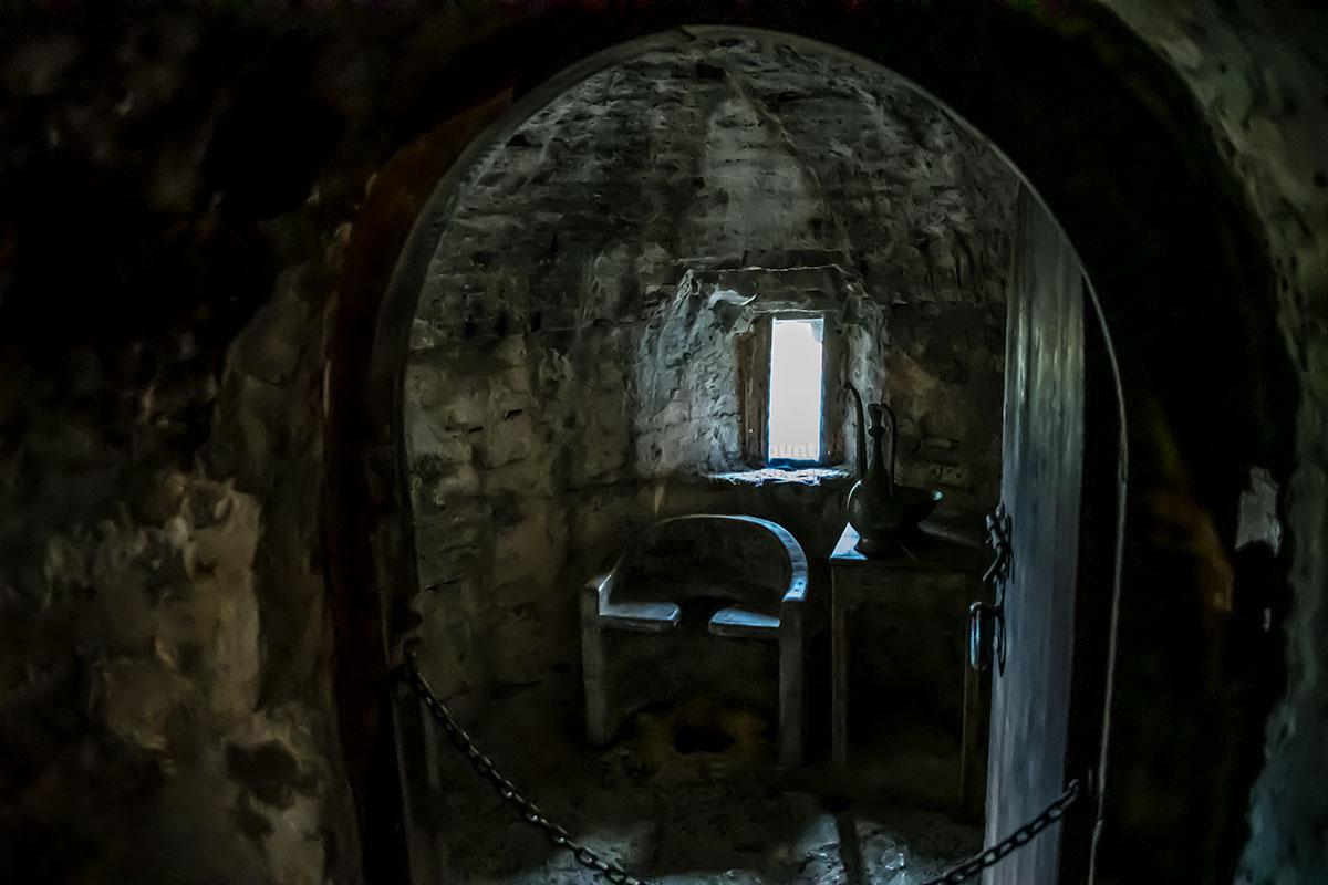 Даже царское отхожее место сохранилось в замке Греми, посещающие достопримечательность туристы удивленно его осматривают.