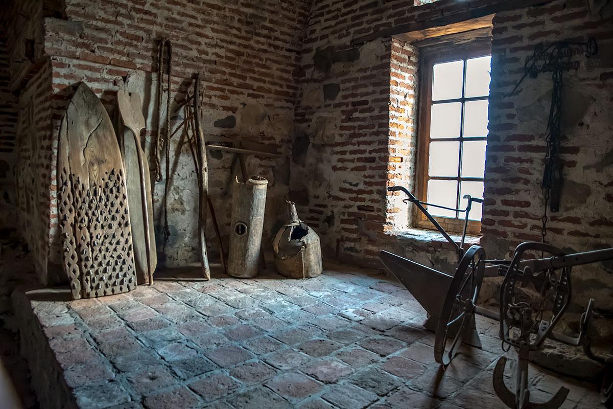 Не только царскую атрибутику хранит экспозиция замка Греми, здесь и сельскохозяйственные орудия, кроме железного плуга, не совсем понятного назначения.