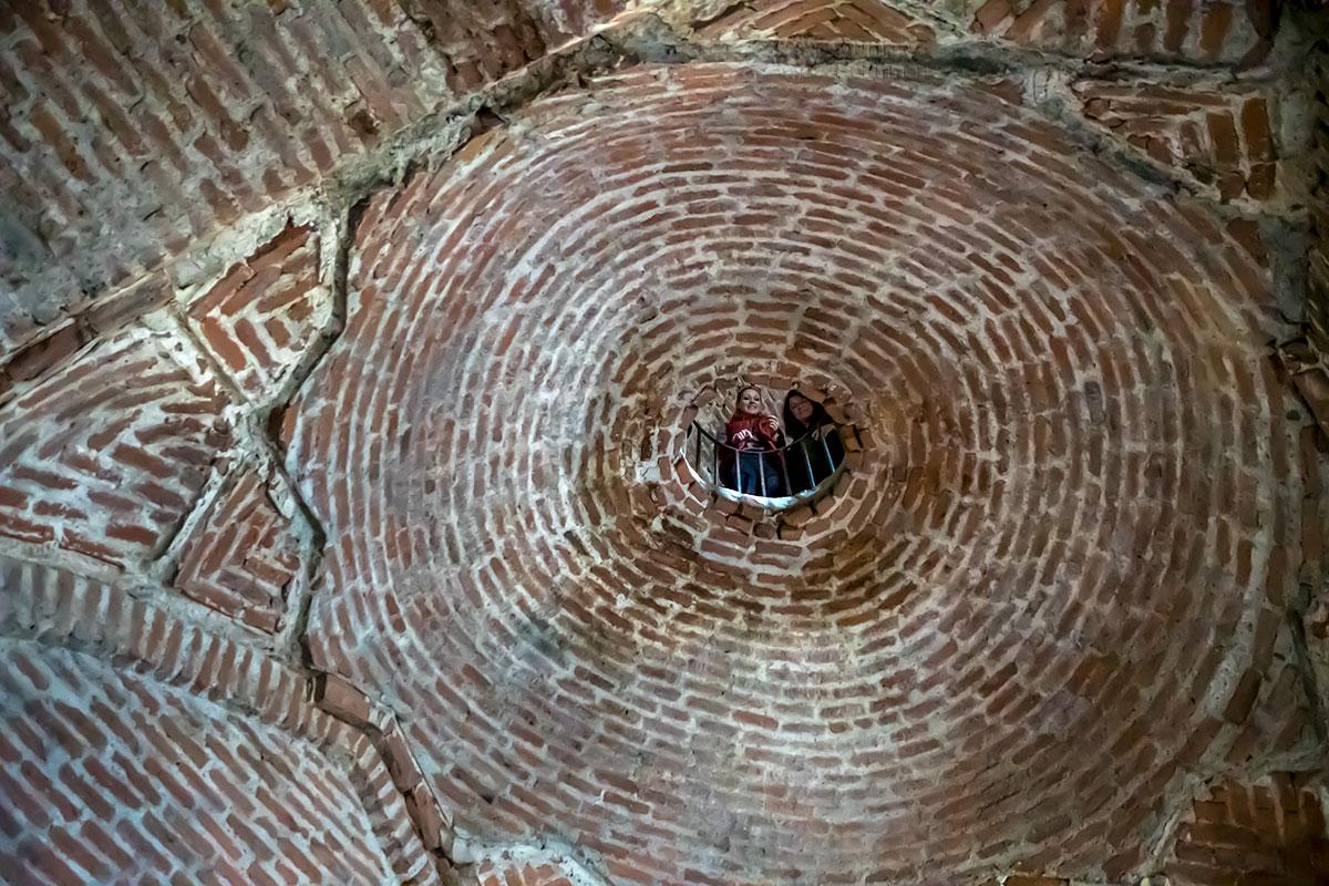 Некоторым посетителям замка Греми приходится возвращаться этажом ниже, чтобы разобраться в устройстве межэтажного перекрытия.