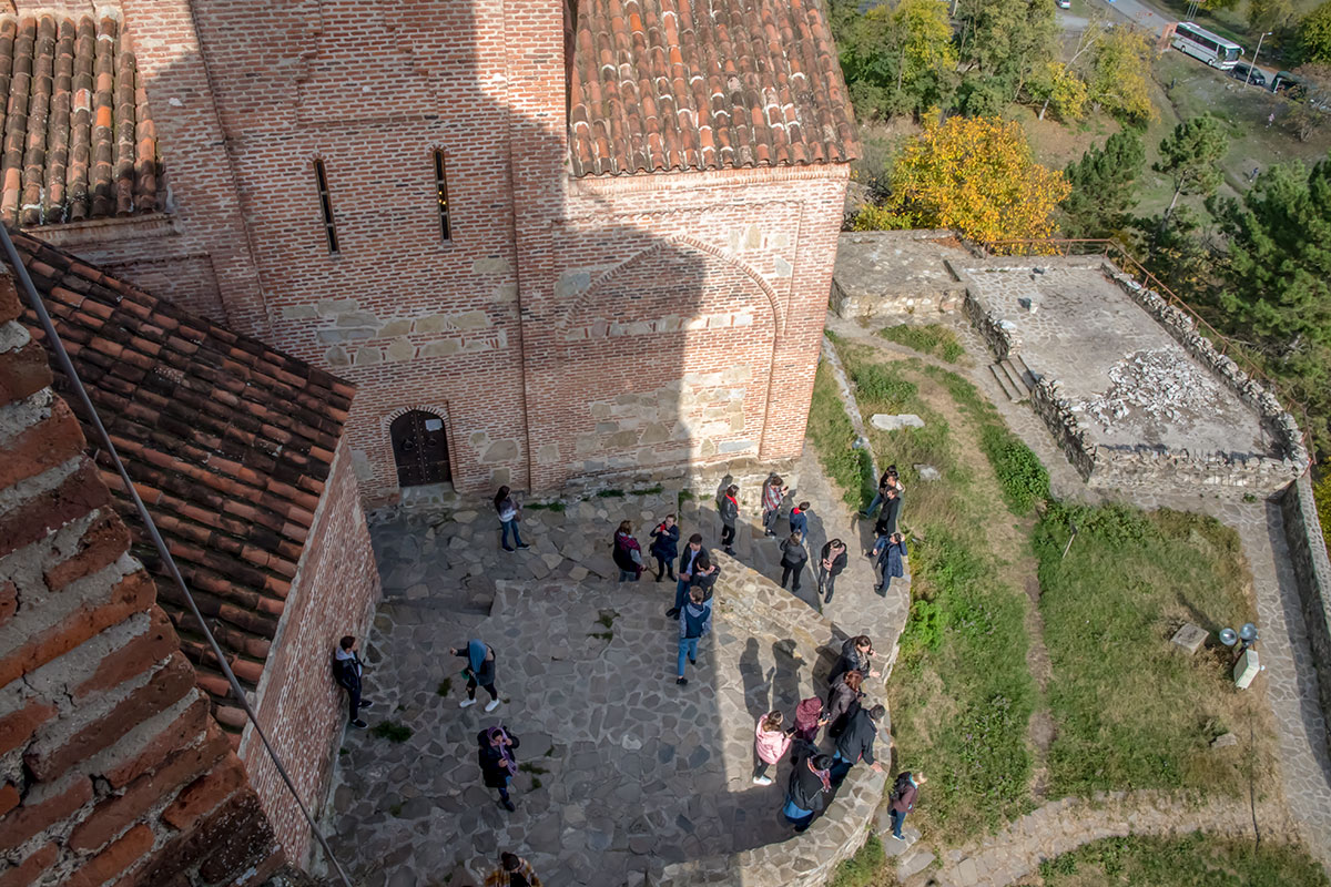 Замок Греми оборудован своеобразной трибуной, полюбившейся современным туристам, раньше отсюда царь обращался к своим подданным.