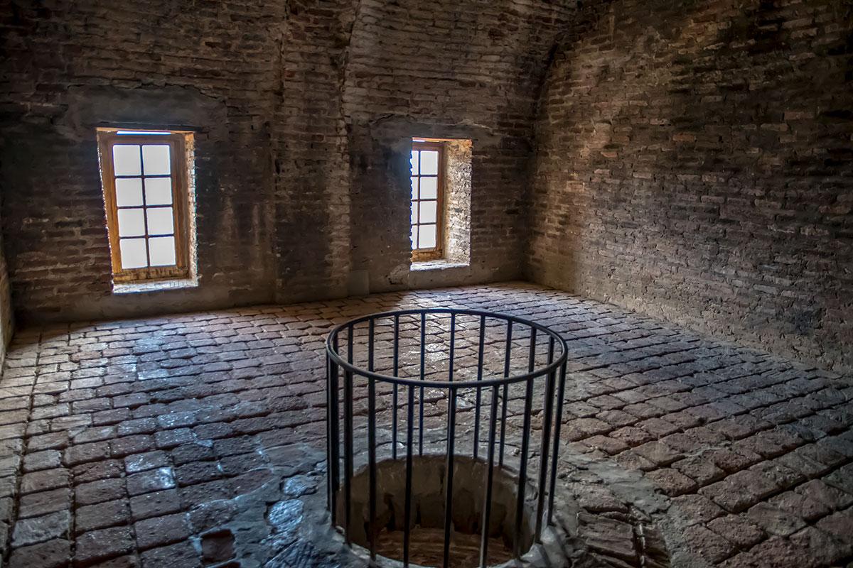 Догадливые посетители замка Греми заглядывают в отверстие свода наискосок, видят сводовые кольца и снимают вопросы по устройству перекрытия.