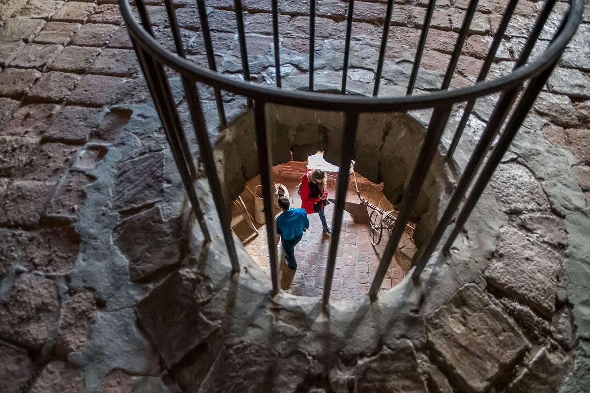 Эти же экспонаты просматриваются со следующего яруса колокольни замка Греми, порождая вопросы об устройстве перекрытия.