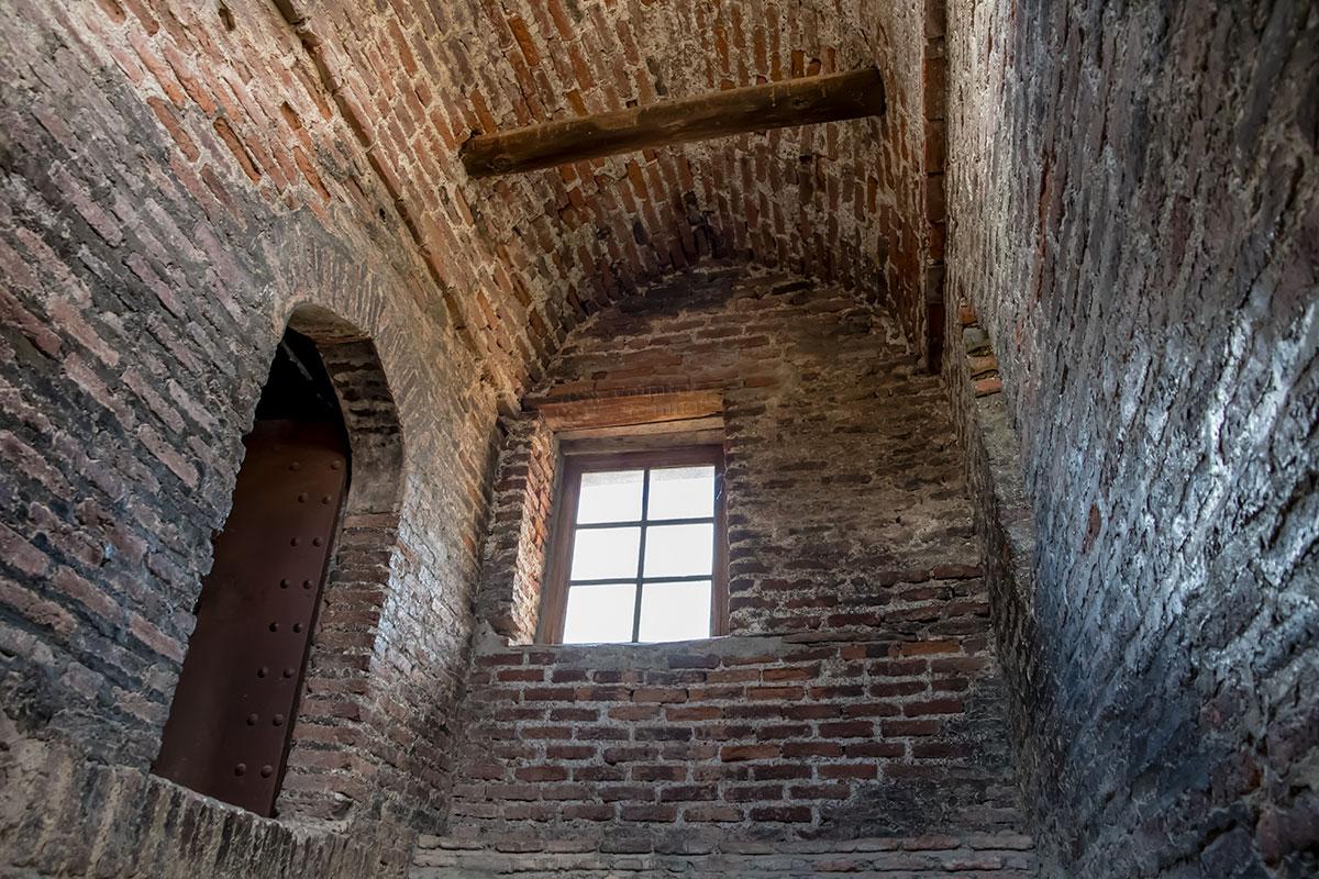 Древние грузинские кирпичи, из которых частично сооружен замок Греми, имеют некоторое сходство с древнегреческой плинфой.
