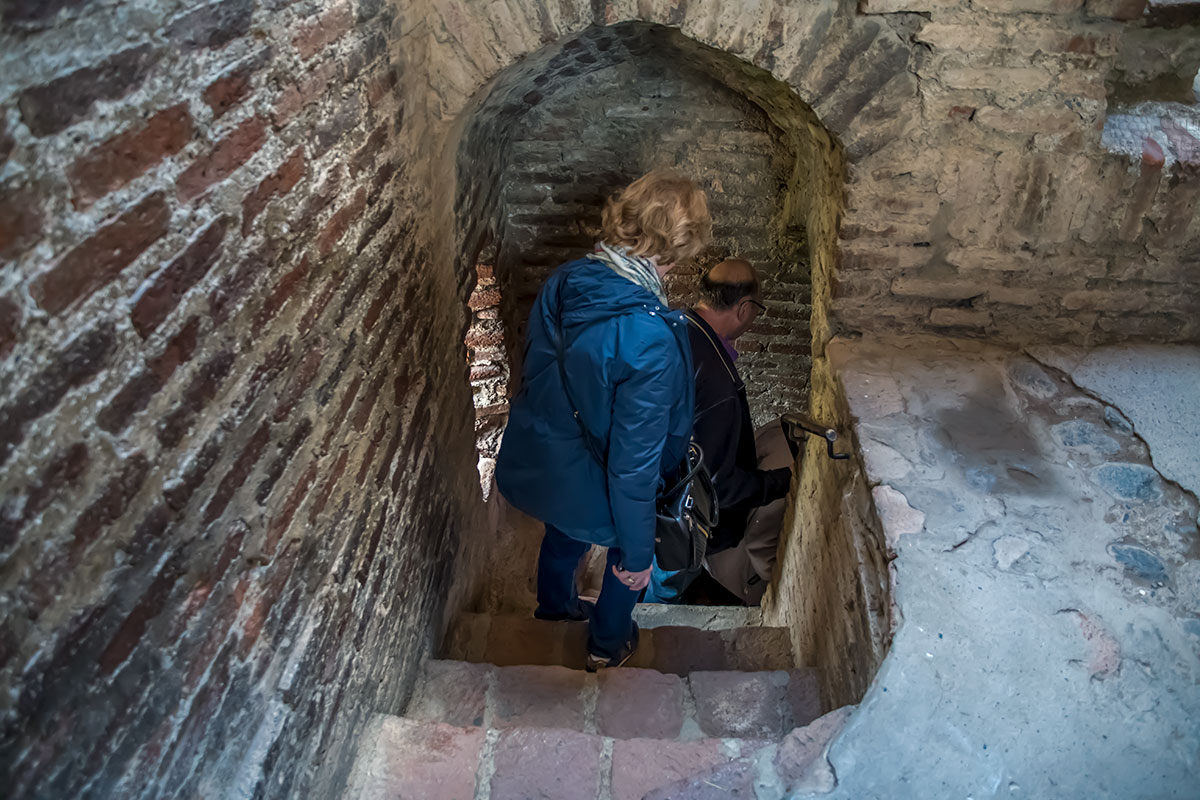 Тесная лестница замка Греми, упомянутая в стихотворении советского поэта Заболоцкого, ведет в подземный ход, ранее доходивший до реки.