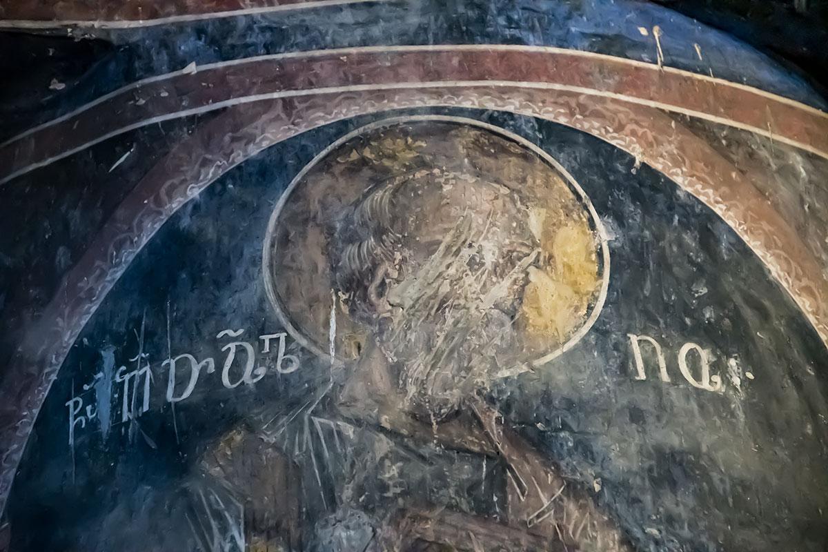 Многие фрески замка Греми непоправимо повреждены мусульманскими воинами из-за исламского запрета на изображение человеческих лиц.