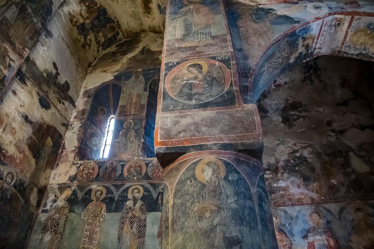 Основатель замка Греми изображен среди других христианских святых традиционным образом, с макетом храма в руках на цилиндрической колонне.