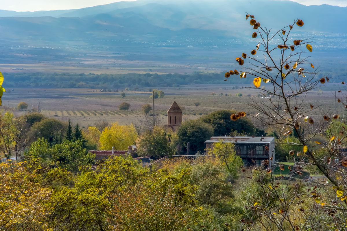 От подножия строений замка Греми открывается отличный обзор Алазанской долины с отрогами Большого Кавказского хребта и виноградниками.