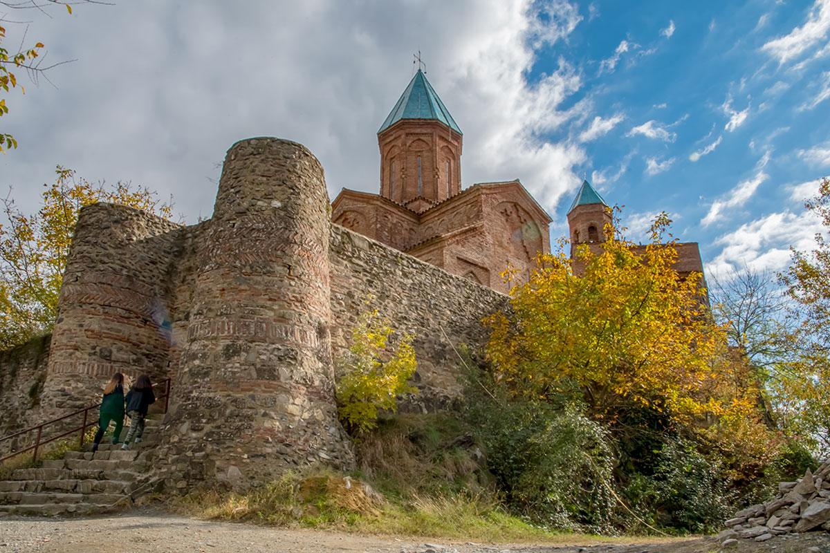 Необычной конфигурацией отличается колокольня, она же – жилая башня замка Греми, где находились покои царя Левана Кахетинского.