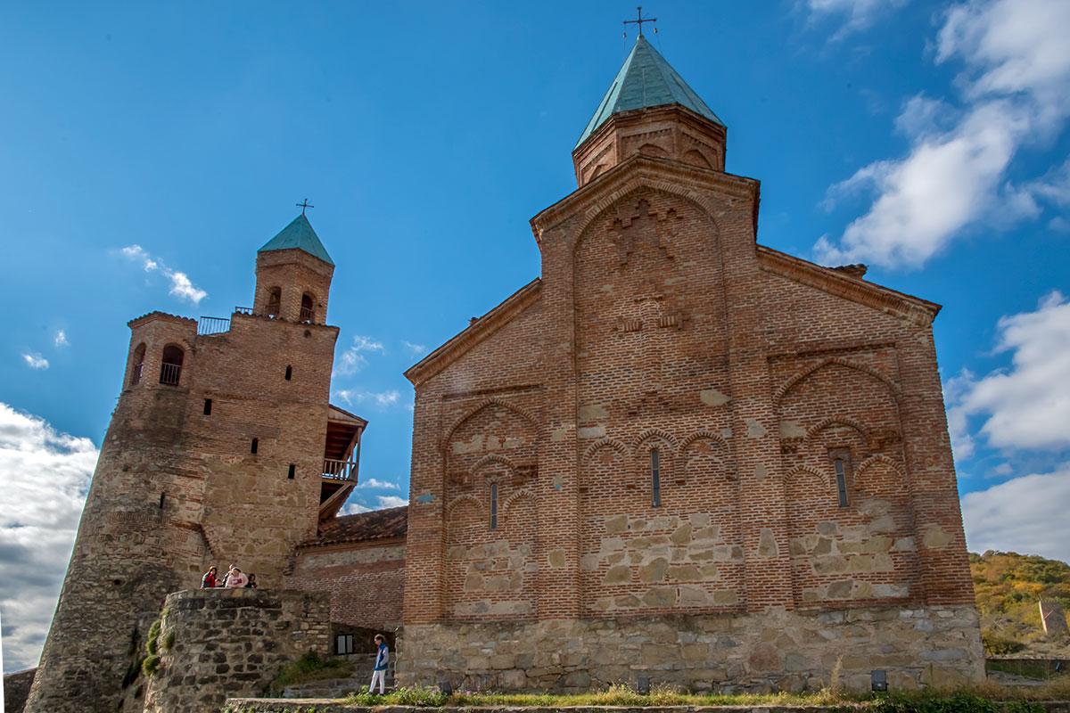 Каждое из строений комплекса замка Греми в разной степени повреждено при персидском нападении, реставраторы повреждения только подчеркнули.