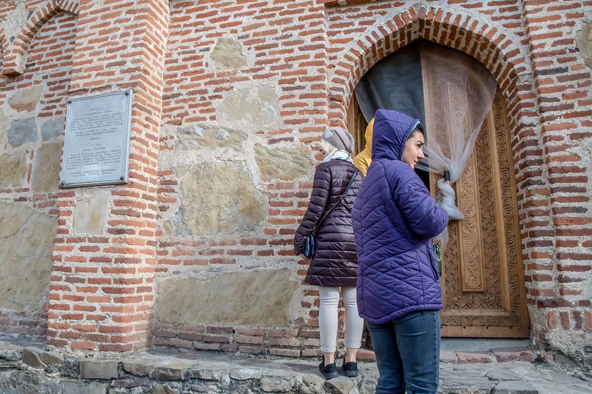 Храм архангелов Михаила и Гавриила в замке Греми носит следы разрушений, причиненных ему персидскими завоевателями в древности.