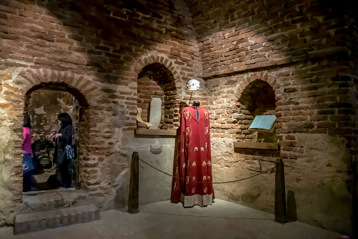 Бывший царский замок Греми имеет небольшую музейную экспозицию, сохраняющую некоторые атрибуты власти и разнообразные предметы повседневного обихода.