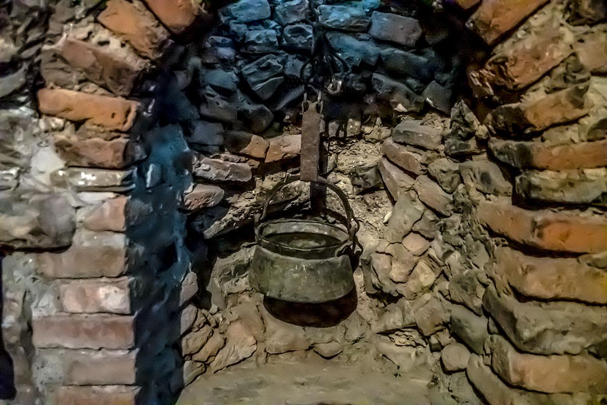 Некоторые экспонаты музейной экспозиции в замке Греми вызывают вопросы, как оставшийся чистым котелок в закопченной нише очага.
