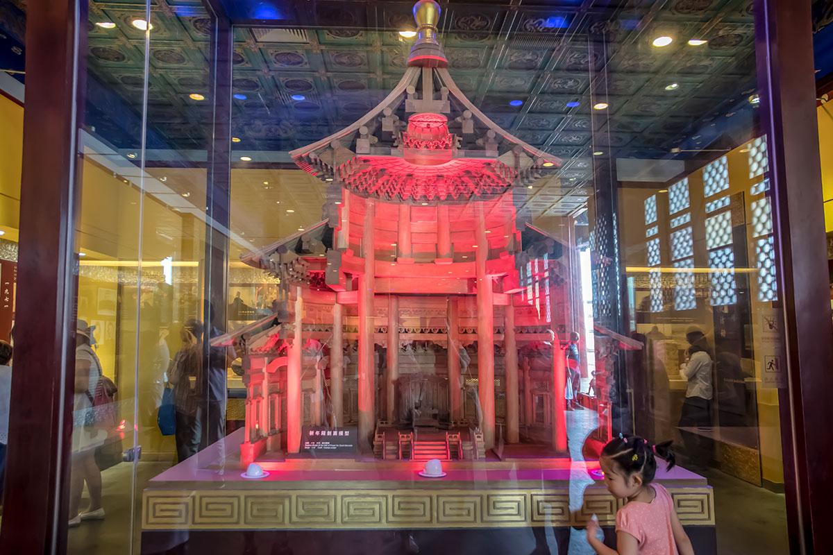 Выполненный моделистами вертикальный разрез башни Храма урожая предоставляет возможность заглянуть внутрь и понять устройство.