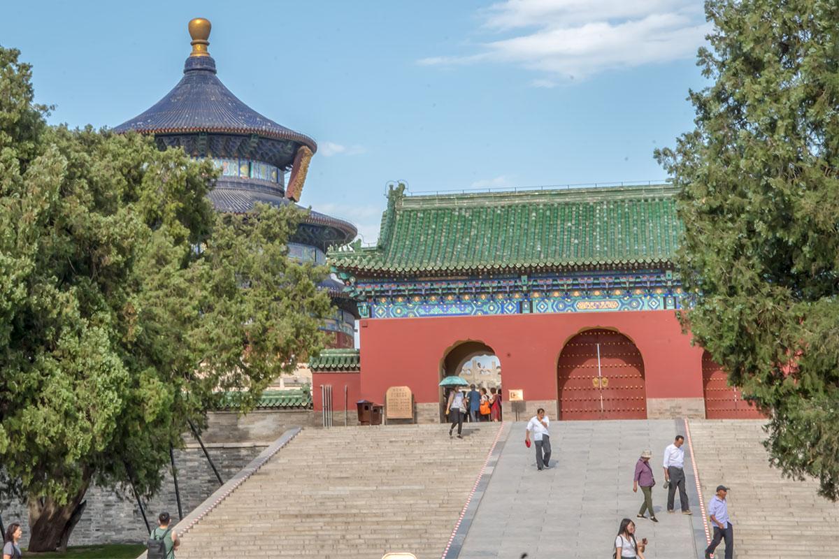 Многочисленные посетители религиозного комплекса Храм Неба не обращают внимания на древнее разделение проходов по статусу.