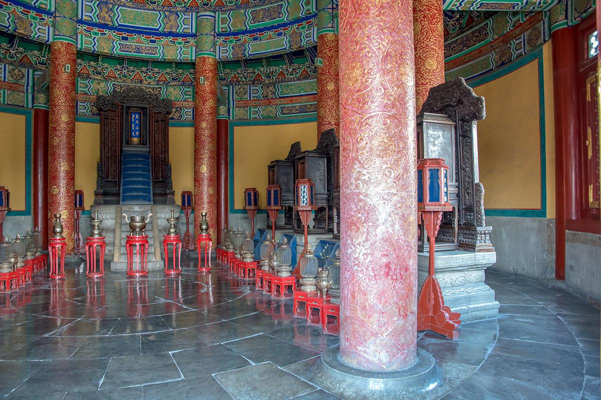 Внутренним убранством Зал Небесного свода несколько скромнее Храма урожая, но украшение трех уровней свода вызывает восхищение.