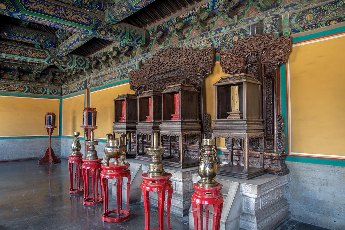 Внутренним художественным убранством дополнительные здания не уступают основному Залу Небесного свода в части потолочных росписей.