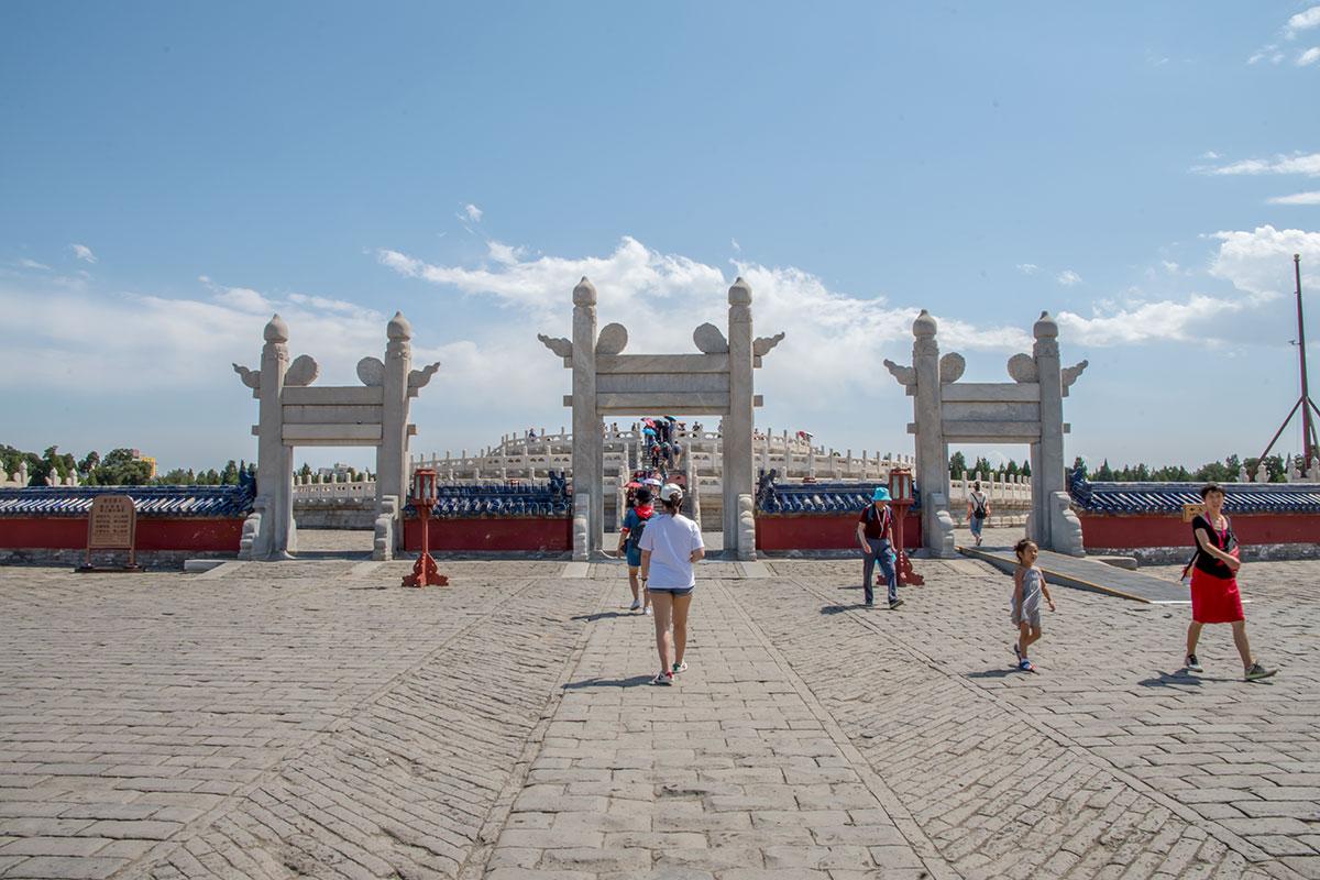По пути на Алтарь Неба посетители Храма Неба проходят двое одинаковых ворот Поднимающихся облаков.