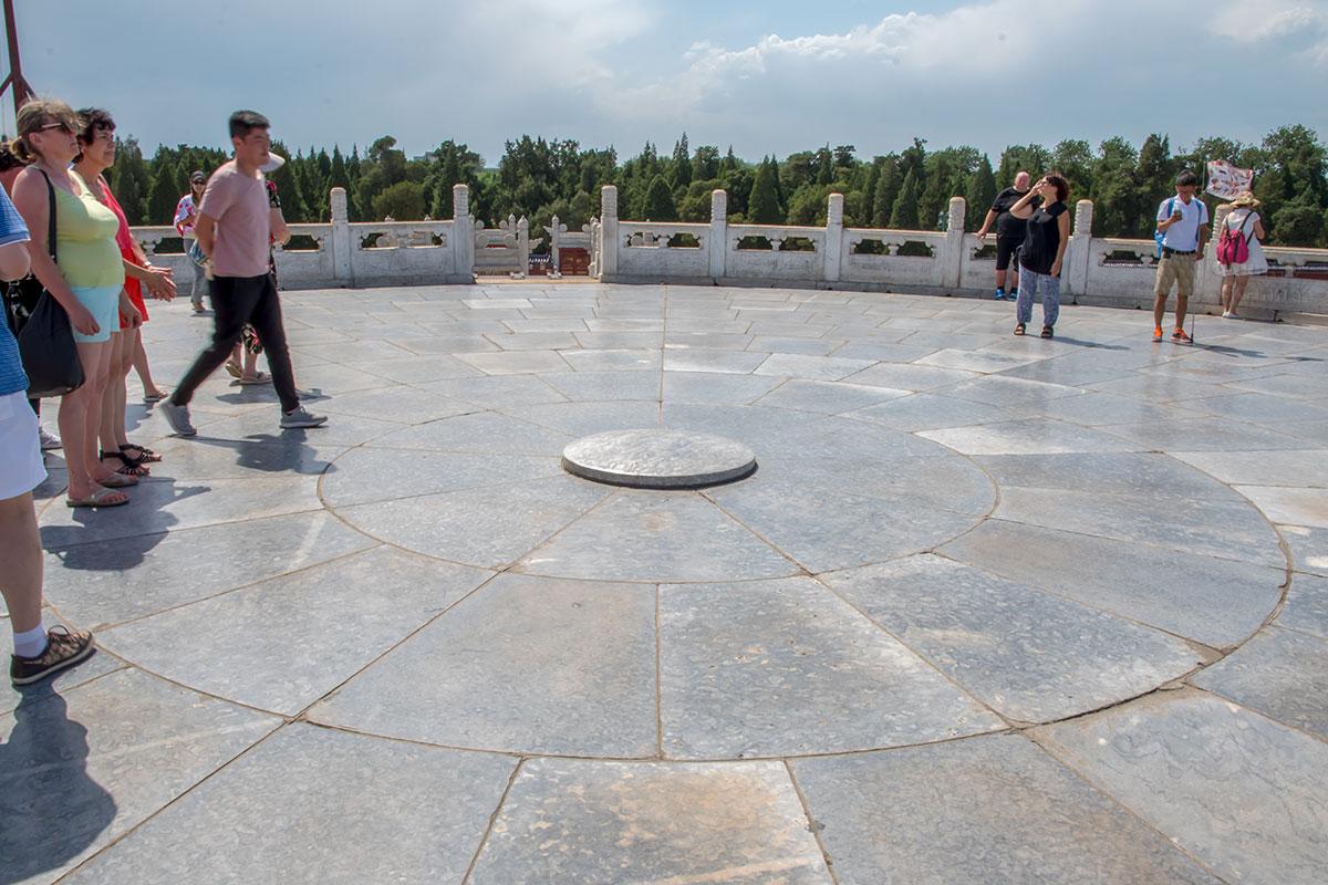 Геометрическим центром Алтаря Неба является круглая возвышенная плита, с которой император извещал богов, предков и стихии о жертвоприношениях.
