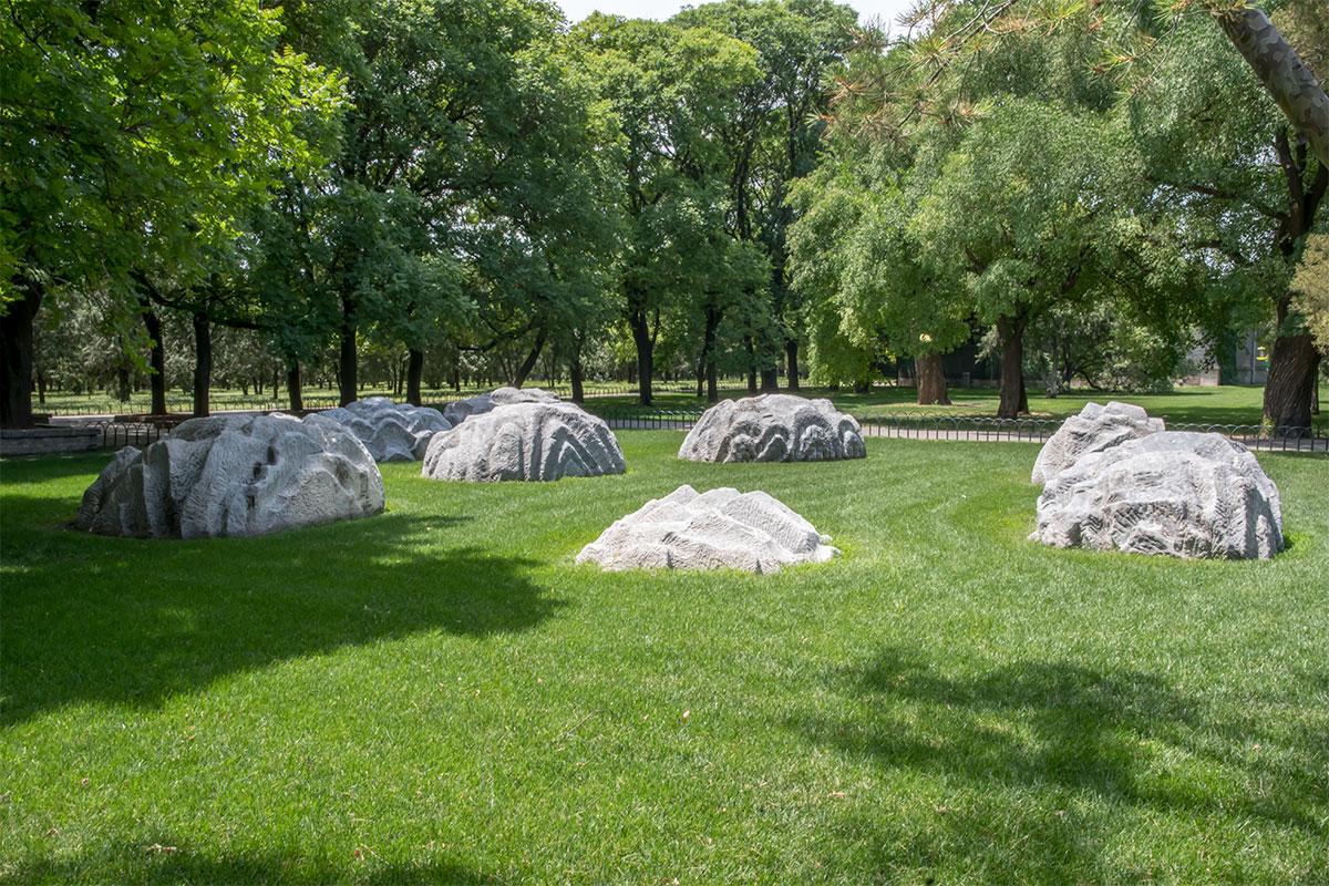 Камни Семи Звезд, которых на самом деле восемь, установлены на территории Храма Неба по рекомендации даосов, последователей фэн шуй.