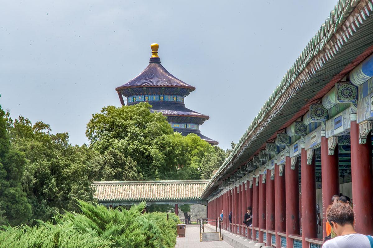 Длинный коридор Храма Неба проложен от восточных ворот территории Храма урожая в направлении бывших кухонных помещений.