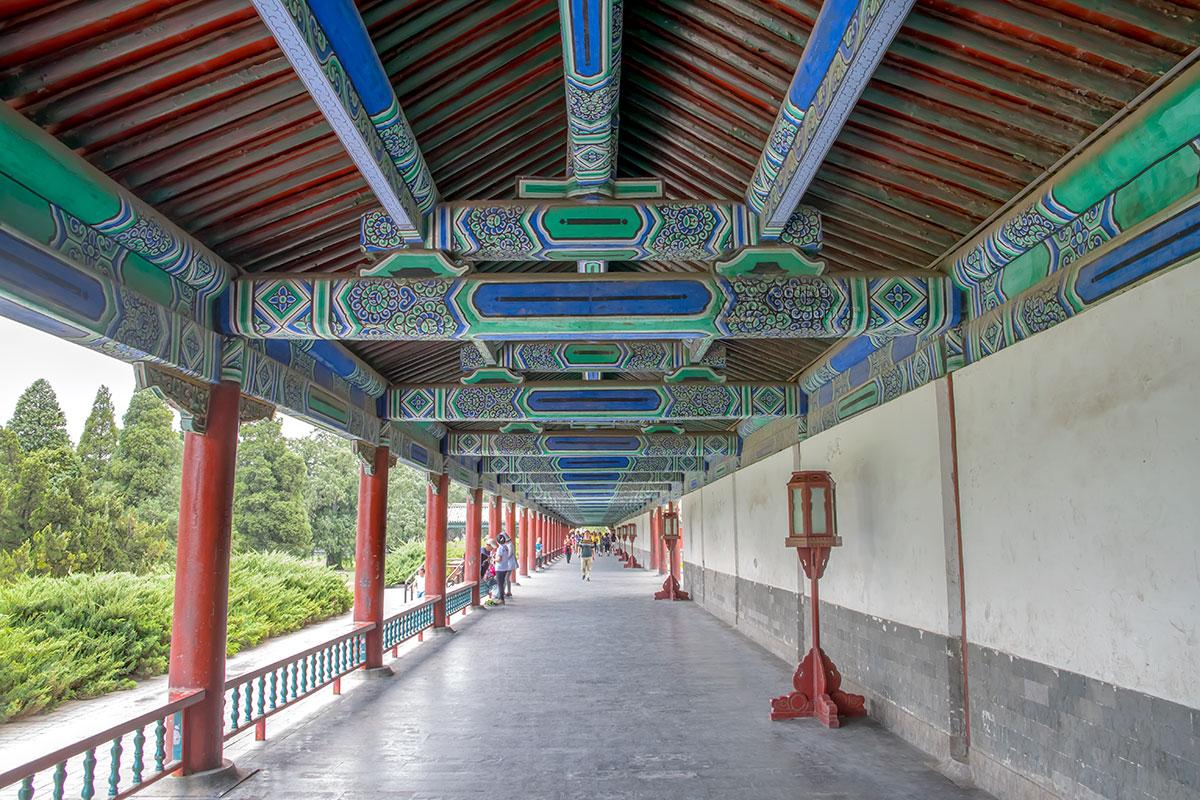 Длинный коридор Храма Неба протянулся почти на 400 метров, чтобы высокопоставленным вельможам не досаждали кухонные запахи.