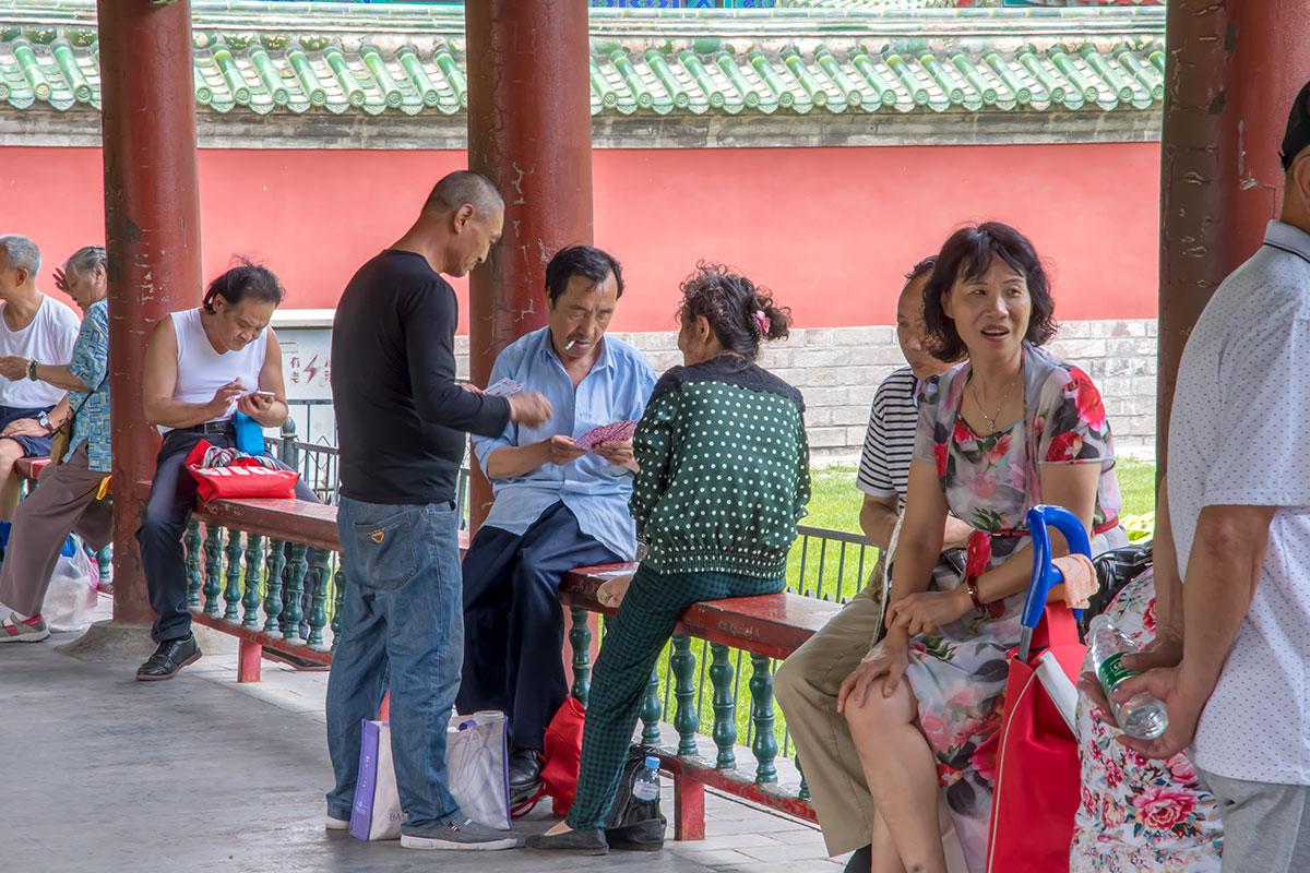 Посетившие Длинный коридор Храма Неба получают представление о коллективном времяпровождении простых китайцев.