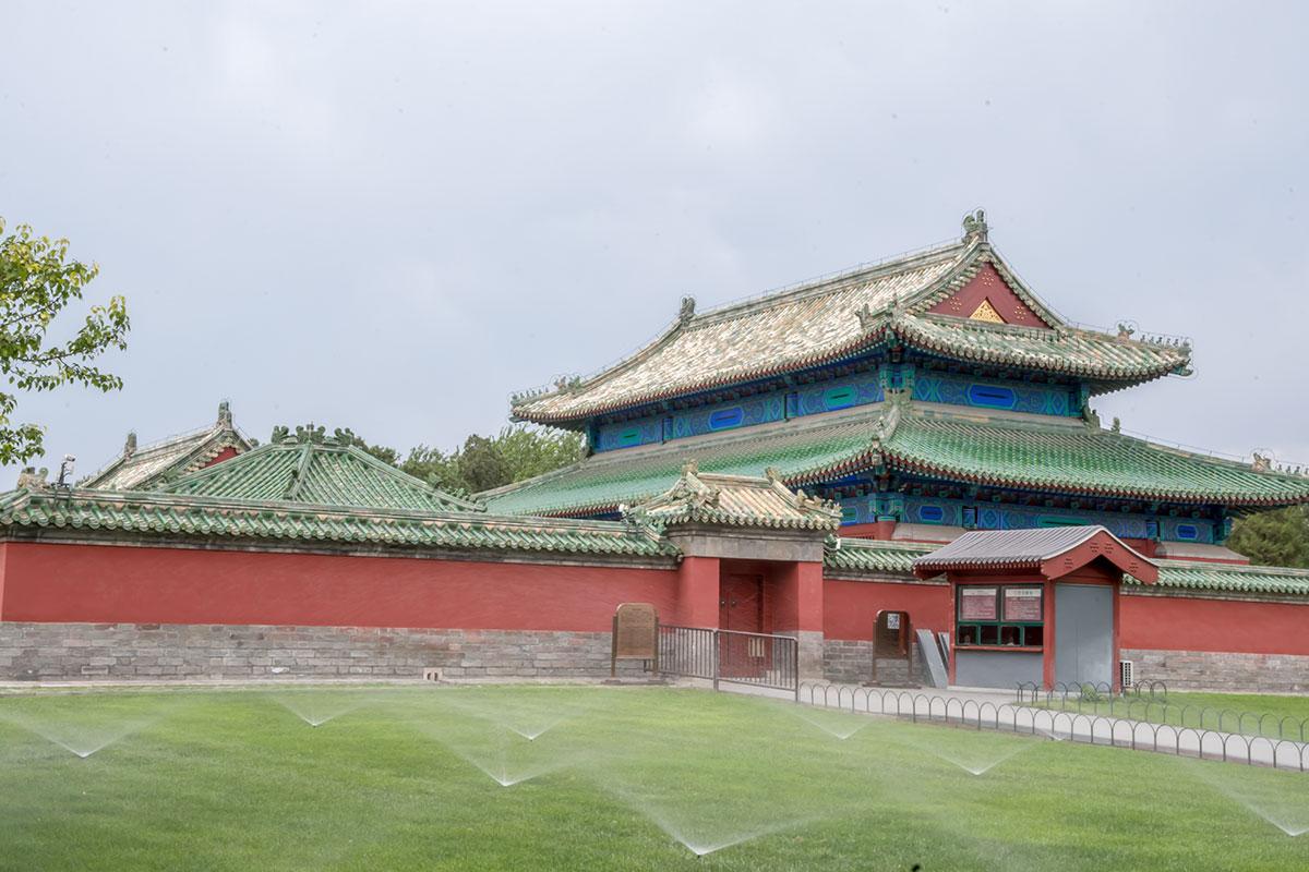 За каменными ограждающими стенами Храма Неба территория ухожена не хуже парковой, делает честь городским службам Пекина.