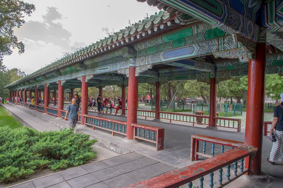 Лишенный всех оконных переплетов и большинства стен, Длинный коридор Храма Неба превратился в парковый павильон рекордной протяженности.