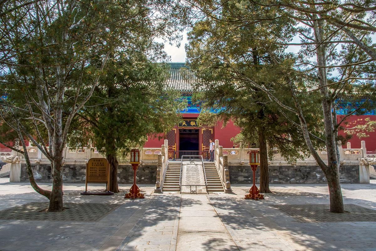 Одноярусные строения корпусов Дворца Воздержания находятся возле западной стены комплекса Храм Неба.