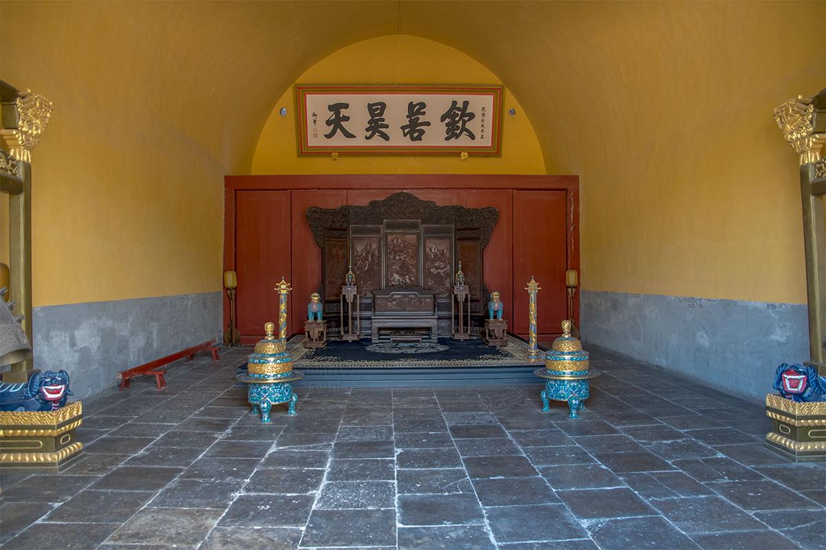 При всей скромности, даже аскетичности убранства помещений Дворца Воздержания императорскому трону место все-таки нашлось.