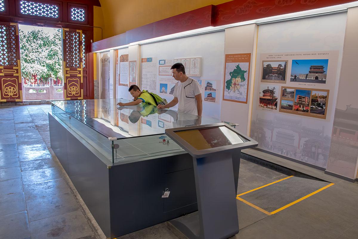 Среди музейных экспонатов в залах Дворца Воздержания наибольшим вниманием посетителей пользуется макет всего комплекса Храм Неба.