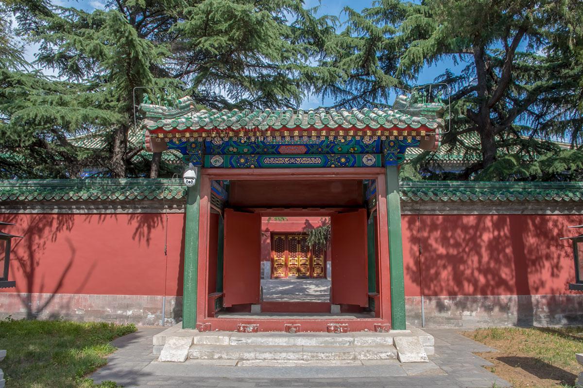 Одинарные ворота в ограждающих стенах Дворца Воздержания предназначены для использования стражниками либо самим императором.