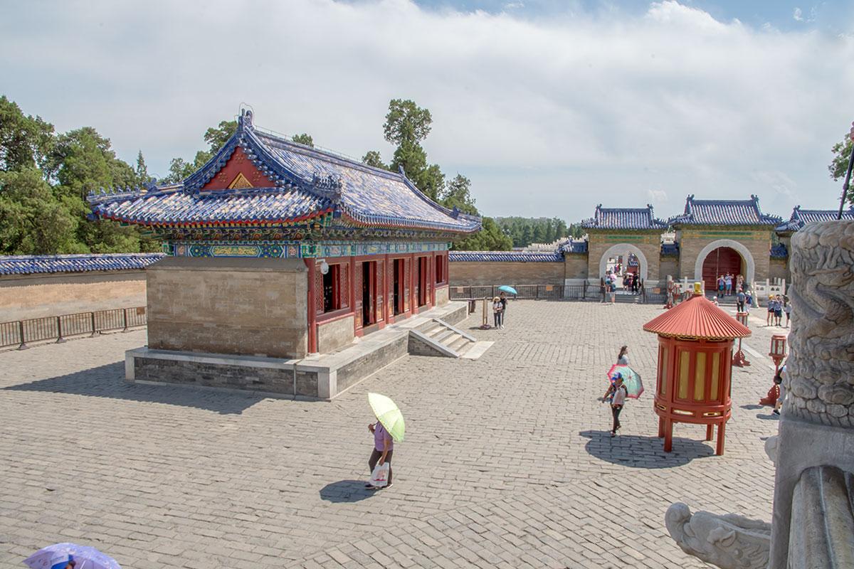 Дополнительные здания вблизи основного Зала Небесного свода хранят именные таблички природных явлений, стихий и небесных тел.