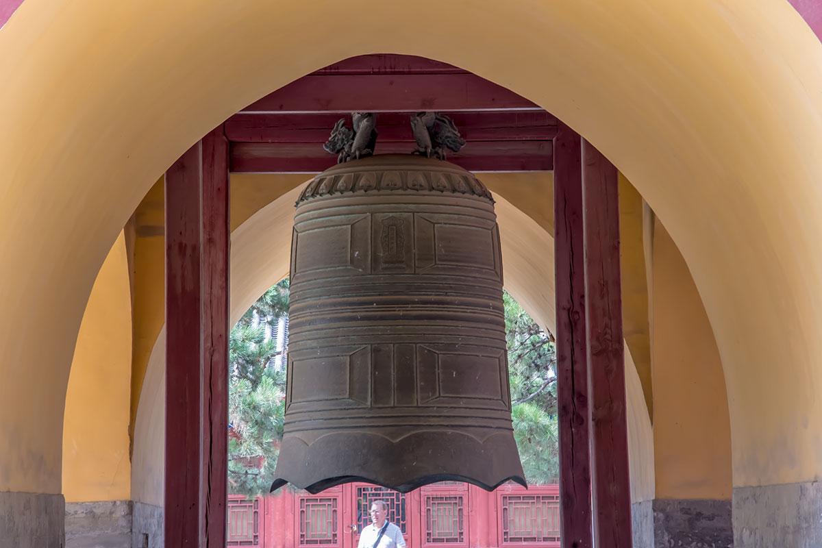 Китайский сигнальный колокол сообщал подданным о перемещениях их повелителя, прибытии или отбытии из Дворца Воздержания.
